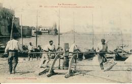 Collioure  Pêcheurs Amarrant Les Bateaux  Le Roussillon  Cpa - Collioure