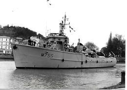 2-PHOTOS-1974-MARINE NAT-M755-CAPELLA-DRAGUEUR COTIER-1955/1987--1en Mer/1 A Quai -12,5.x9 Cm-TBE - Bateaux
