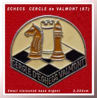 SUPER PIN'S JEUX D'ECHECS : CERCLE D'ECHECS De VALMONT En MOSELLE (57), émail Cloisonné Base Argent, 2,2X2cm - Games
