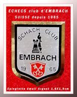 """RARE EPINGLETTE, JEUX D'ECHECS : SCHACH CLUB """"EMBRACH"""" SUISSE 1965, émail Argent Satiné, 1,6X1,9cm - Games"""