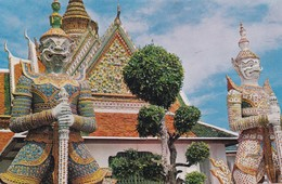 GIANT GUARDIANS AT THE WAT ARUN, BANGKOK, THAILAND. CIRCULEE CIRCA 2000 A MONTEVIDEO - BLEUP - Thailand