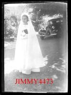 Plaque Photo De Verre - Une Jolie Petite Fille En Communiante Et Une Traction Avant, à Identifier - Taille 88 X 63 Mlls - Plaques De Verre