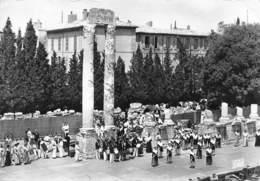 BOUCHES DU RHONE  13  ARLES  LE THEATRE ANTIQUE  DANSES FOLKLORIQUES - Arles