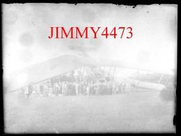Plaque Photo De Verre - Crash D'un Avion Sur Une Maison, Bien Animée, Village à Identifier - Taille 88 X 118 Mlls - Glass Slides