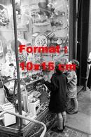 Reproduction D'une Photographie Ancienne De Deux Jeunes Garçons Regardant Une Grande Vitrine De Poupées Et Jouets 1960 - Repro's