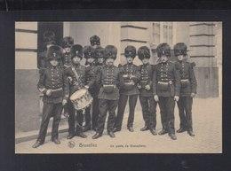 CP Bruxelles Un Poste De Grenadiers - Uniformen