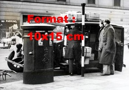 Reproduction D'une Photographie Ancienne Du Transport De Caisse Par Taxi Londonien - Reproductions