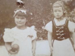 DEUTSCHE KINDHEIT DAMALS - 3 - ZWEI MAEDCHEN - IN TRACHT - MIT BALL - 1896/97 - GERMERSHEIM - BADEN-BADEN - Identifizierten Personen