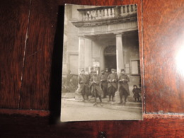 CPA  GRIGNAN  RARE CARTE DE SOLDATS DE LA PREMIERE GUERRE DEVANT LA MAIRIE DU VILLAGE  BAIONNEETE AU CANON - Grignan
