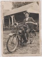 Photo A Localiser Ou Identifier  Accordeoniste En Moto  Surement Dans Le 60 Region De Feuqieres ,moliens,grandvilliers - Fotos