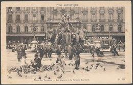 LYON - Place Des Terreaux - Les Pigeons Et La Fontaine Bartholdi - Lyon
