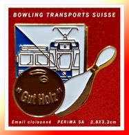 """SUPER PIN'S BOWLING TRANSPORTS SUISSE : """"Gut Holtz"""" Pour Ce Superbe Pin's SUISSE, émail Cloisonné Or, Signé PERIMA SA - Bowling"""