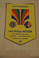 Rare Fanion Lion's Club Gouverneur Jean-philippe Meunier 1996-1997 Rhône-Alpes Auvergne - Vereinswesen