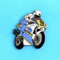 """1 PIN'S //  ** MICHAEL """" MICK """" DOOHAN / HONDA N°9 / 500cc / ROTHMANS ** . (Démons & Meiveilles©) - Motos"""