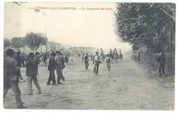 Cpa Gard - Fêtes D'Aigues Mortes - La Descente Du Pont ( Taureaux, Chevaux ) - Aigues-Mortes