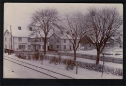 DE1898 - SWEDEN - STOCKARYD VILLAGE SNOW SCENE W/ RAILROAD TRACK - RPPC - Zweden