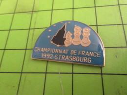 1318B Pin's Pins / Rare & De Belle Qualité : THEME JEUX /.ECHECS CHAMPIONNAT DE FRANCE STRASBOURG 1992 - Games