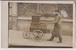 CARTE PHOTO : MARCHAND AMBULANT AVEC UNE CHARRETTE A BRAS ? - LIVREUR ? - CIRCULE EN 1910 - 2 SCANS - - Marchands Ambulants