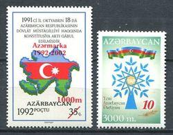 242 AZERBAIDJAN 2002 - Yvert 437 Surcharge, 438 - Embleme Carte Drapeau - Neuf ** (MNH) Sans Trace De Charniere - Azerbaïdjan