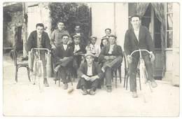 Cpa Carte-photo Hommes Devant Bistro, Certains Avec Leur Vélo , Vers 1910  (CPH) - Autres