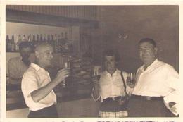 PHOTO DE TROIS PERSONNE AU BAR DU RESTAURANT A TERNI ITALIE  10 X 7 CM 1957 - Lieux