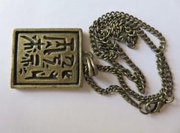 Porte-clefs - 482 - Chaine & Plaque Pendentif - Calligraphie Chinoise En Creux Noircie - Art Populaire