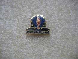 Pin's Europe Et Liberté - Badges
