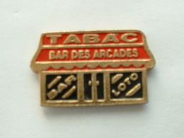 "Pin's  TABAC BAR LOTO  "" BAR DES ARCADES "" - Badges"