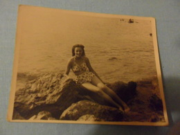 Foto Ragazza IN COSTUME Sugli Scogli  Ostia - Pin-ups