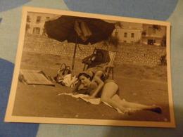 Foto RAGAZZA IN COSTUME SOTTO L'OMBRELLONE1959 - Pin-ups