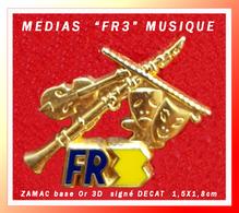 "SUPER PIN'S MEDIAS ""FR3"" : MUSIQUE En ZAMAC Cloisonné 3D, Base Or, Signé DECAT, Format 1,5X1,8cm - Medios De Comunicación"