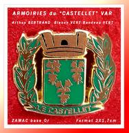 """SUPER PIN'S ARMOIRIES """"LE CASTELET"""" : Création Arthus BERTRAND En ZAMAC Or, Version écusson VERT, Bandeau VERT, 2X1,7cm - Arthus Bertrand"""