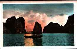 74998) CARTOLINA DEL VIETNAM- BAIE D' ALONG-A TRAVES LES ROCHERS-NUOVA - Vietnam