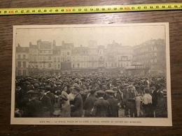 ANNEES 20/30 AOUT 1914 LA FOULE PLACE DE LA GARE A LILLE ASSISTE AU DEPART DES MOBILISES - Vieux Papiers