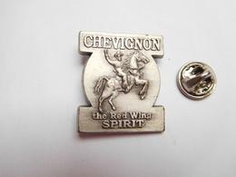 Superbe Pin's En Relief , Marque Chevignon , The Red Wing Spirit , Cow Boy  , Série Limitée , Made In France - Trademarks