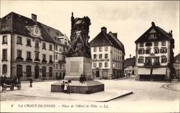 Cp La Chaux De Fonds Kt. Neuenburg Schweiz, Place De L'Hotel De Ville, Denkmal, Kutsche, Rathaus - Illustrateurs & Photographes