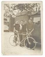 Photo Ancienne Hommes & Vélo De Course Devant Camion - Sports