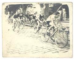 Photo Ancienne Course Cycliste Sur Pavés - Sports