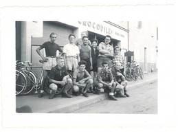 """Photo Ancienne Hommes Devant Magasin """" Crocodile """", Vélos - Personnes Anonymes"""