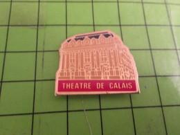 313k Pin's Pins / Rare & De Belle Qualité : THEME VILLES / THEATRE DE CALAIS  Qui Est à .. Calais ! Je Suis Calé !!! - Città