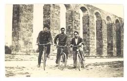 Photo Ancienne 3 Hommes, Dont 1 Soldat Sur Leur Vélos Devant Pont / Viaduc - Personnes Anonymes