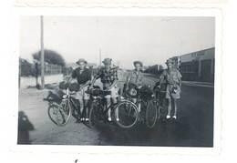 2 Photos Anciennes Jeunes Hommes Et Leurs Vélos, Route Des Vacances, Route De Paris, Mondeville - Personnes Anonymes
