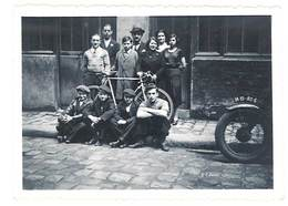 Photo Ancienne Personnes Devant Magasin, Rue Pavé, Trottoir, Moto - Personnes Anonymes