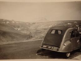 Photo D'une 2 CV Immatriculée 694 EP 71 Au Mont Gerbier Du Jonc( Ardéche) En 1960. - Cars