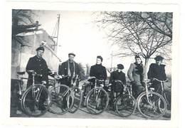 Photo Ancienne Groupe D''hommes & Femmes, Vélo, Dont Militaire ? - Personnes Anonymes