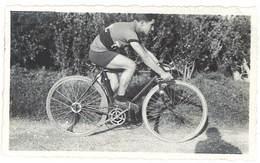 Photo Ancienne Coureur Cycliste Sur Son Vélo - Sports