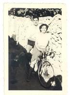 Photo Ancienne Couple, Vélo De Course - Personnes Anonymes