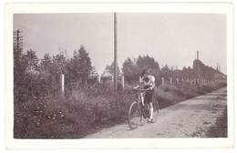 Photo Ancienne Jeune Femme Sur Son Vélo ( Ponthoile 1935 ) - Personnes Anonymes