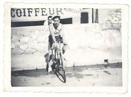 Photo Ancienne Homme Sur Son Vélo De Course, Devant Enseigne Coiffeur - Personnes Anonymes