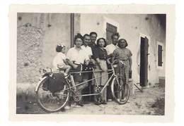 Photo Ancienne Famille Derrière Vélo, Tandem ( La Malle 1946, Près Trets ? ) - Personnes Anonymes